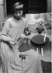 Hannah Hoech parlant aux marionnettes repésentant ses filles Pax et Botta, ca1920 /Willy Roemer /sc