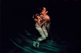 nan-goldin-simon-jessica-kiss-in-the-pool